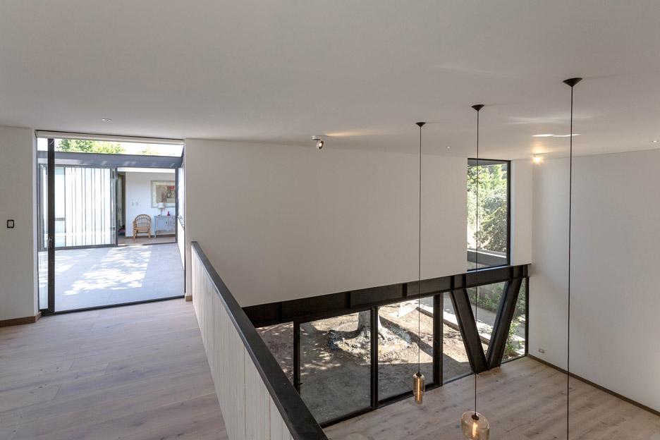 Горен етаж с метални стълби