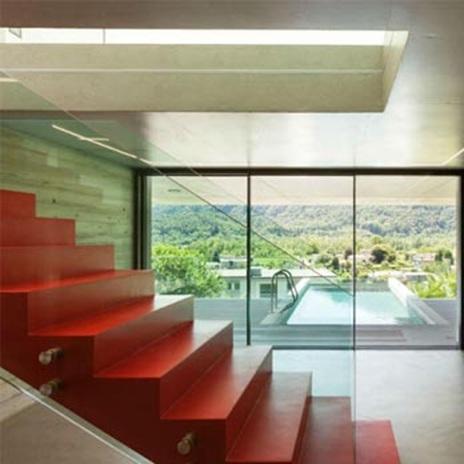 Червените метални стълби