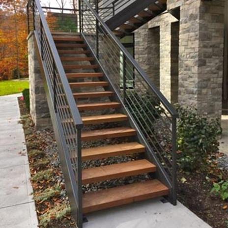Металните стълби с дърво за екстериор