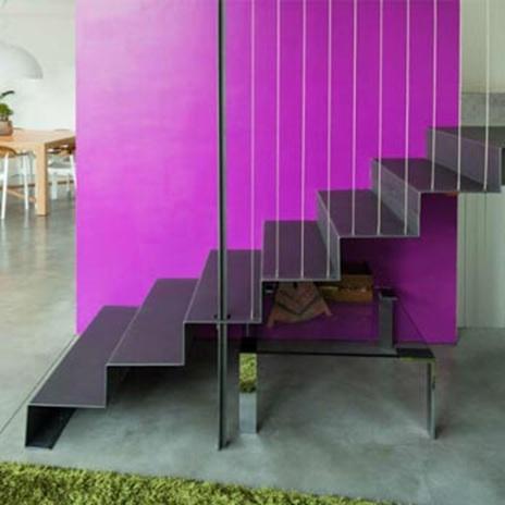 Метални стълби и лилава стена