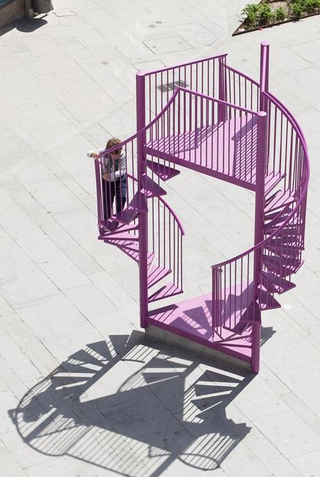 Металните стълби в цвят розово