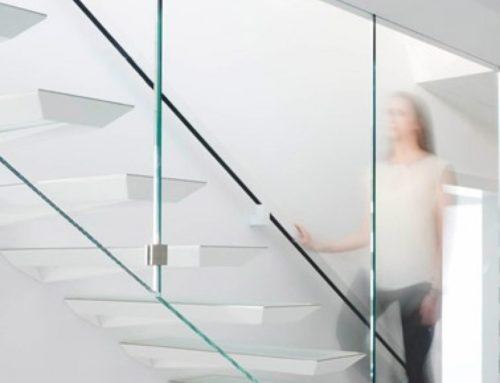 Метални стълби със стъклен елемент